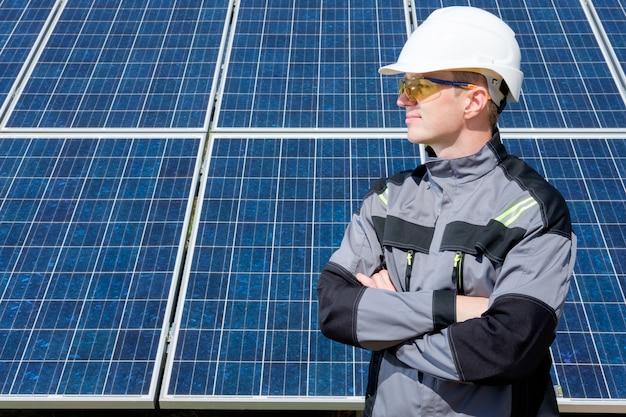 Zonnepaneleningenieur in wit vat