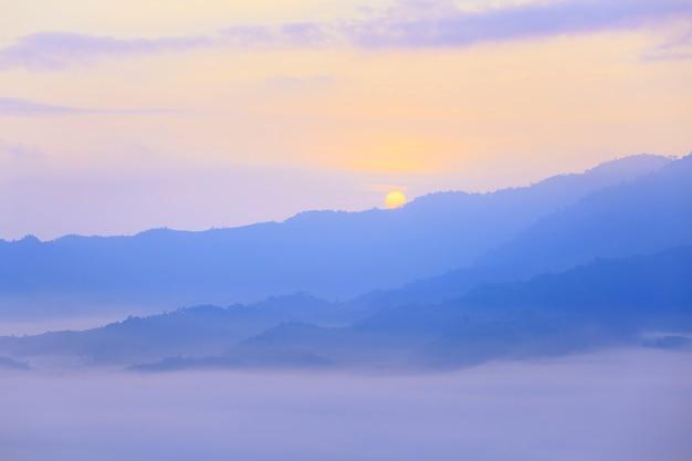 Zonneschijn en wolken op de ochtendmist in phu lang ka, phayao, thailand