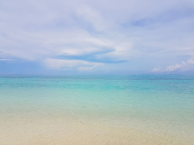 Zonneschijn op een zeegolf in karon strand, phuket, thailand. zonnige zomer strand strand golven. zonneschijn zee golf dichtbij zandstrand. tropisch eiland strand ontspannen. exotische landschap van oceaan golf, phuket eiland
