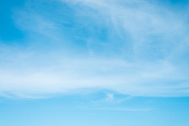 Zonneschijn wolken hemel tijdens de ochtend achtergrond. blauwe, witte pastel hemel, zachte focus lens flare zonlicht. abstract vage cyaan gradiënt van vreedzame aard. open uitzicht op ramen mooie zomer lente