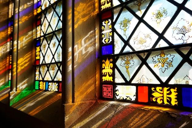 Zonnestralen die door kerkramen gaan