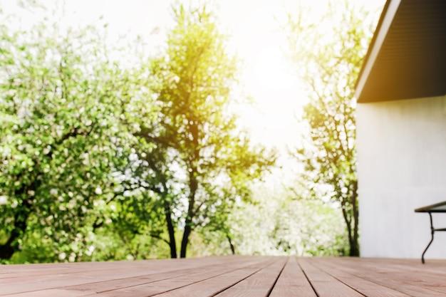 Zonnestralen op wazig uitzicht vanaf houten dek op balkon. hoge kwaliteit foto