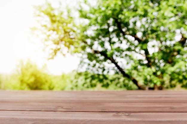 Zonnestralen op wazig zicht vanaf houten terras op balkon