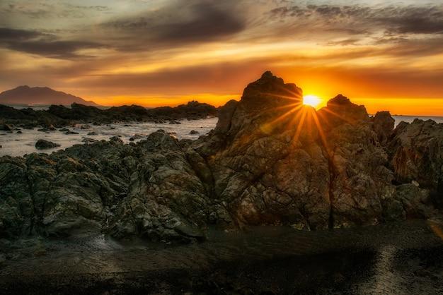 Zonnevlam voor zonsopgang in het donker
