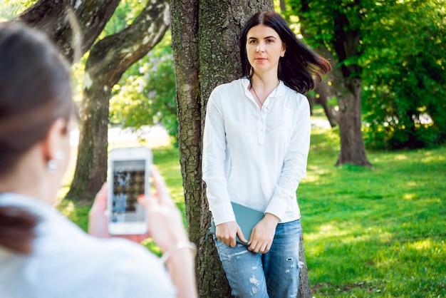 Zonnig beeld van beste vriendenmeisjes die foto op camera nemen