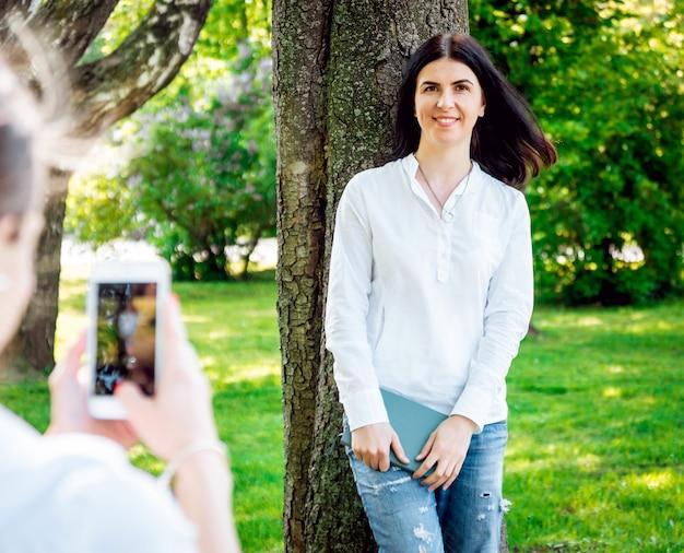 Zonnig beeld van beste vriendenvrouw die foto op camera nemen