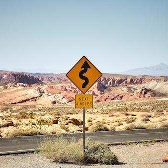 Zonnig landschap van een gele verkeerswegwijzer in het valley of fire state park in nevada, vs