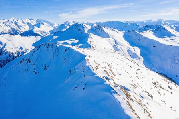 Zonnig ochtendlandschap van bergketen in de winter
