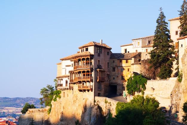 Zonnig uitzicht op hangende huizen in cuenca