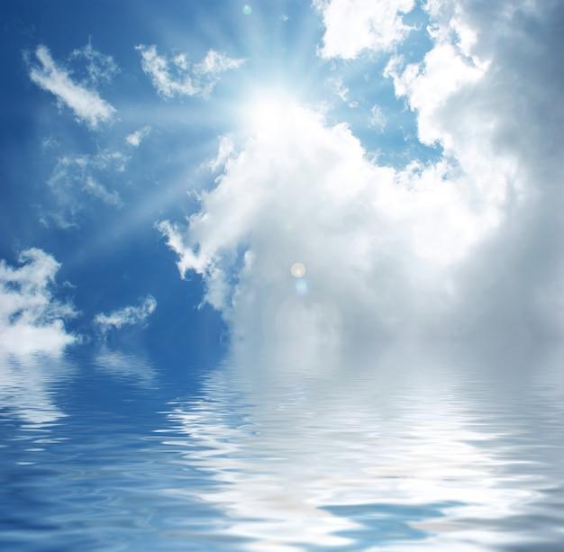 Zonnige blauwe hemel weerspiegeld in water