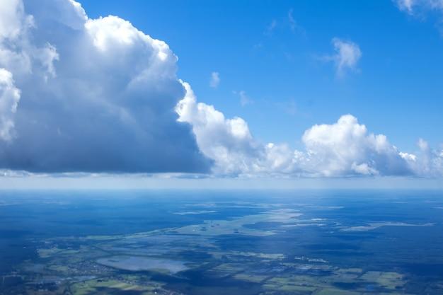 Zonnige dag atmosfera vanuit airplain raam