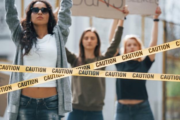 Zonnige dag. een groep feministische vrouwen protesteert buitenshuis voor hun rechten