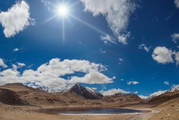 Zonnige dag in de bergen van pamir, tadzjikistan. bergmeer, blauwe lucht.