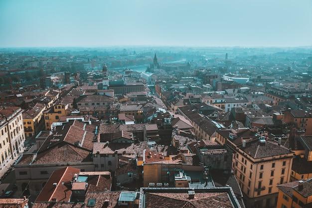 Zonnige dag in de oude stad, uitzicht van bovenaf op rode daken, historische gebouwen, straten en bezienswaardigheden, verona, italië