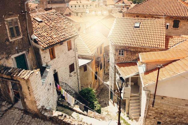 Zonnige dag in de oude stad van kotor, montenegro