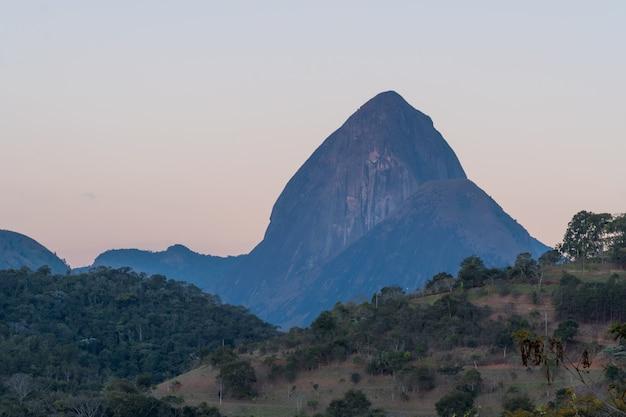Zonnige dag met wat wolken in de bergen en heuvels in itaipava luchtfoto selectieve focus