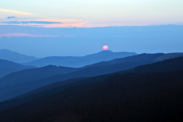 Zonnige dageraad op de berghellingen