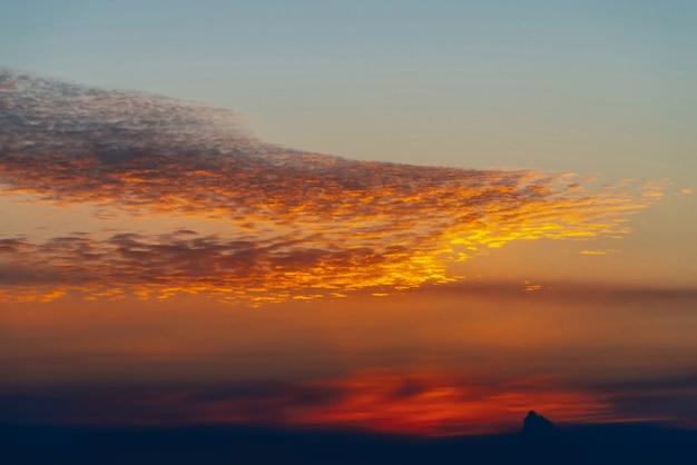 Zonnige glans op wolken. prachtige levendige dageraad. mooie rustige zonsondergang. schilderachtige rustige zonsopgang. verbazingwekkende rustige bewolkte hemel. zon boven horizon. pittoreske zonsondergang. atmosferische cloudscape. achtergrond.