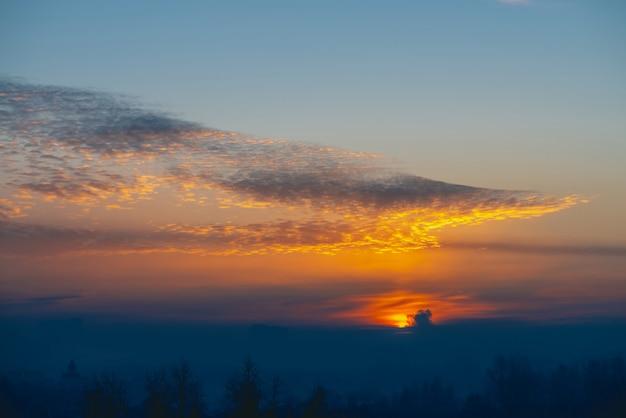 Zonnige glans op wolken