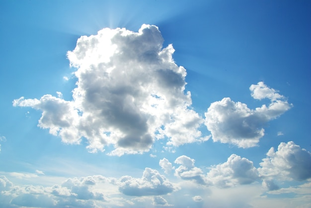 Zonnige hemelachtergrond met kleine wolken