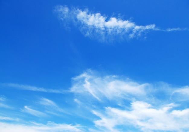 Zonnige hemelachtergrond met wolken