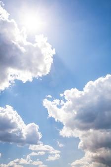Zonnige hemelachtergrond. samenstelling van de natuur.