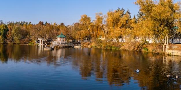 Zonnige herfst avond op het blauwe meer