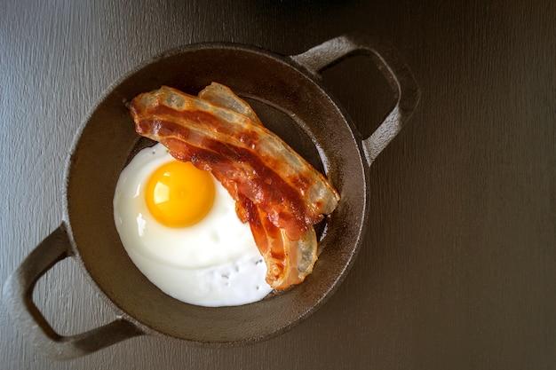 Zonnige kant boven ei met gebakken spek