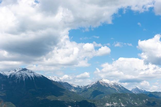 Zonnige landschapsmening van julische alpen van bled-meer, slovenië, europa.