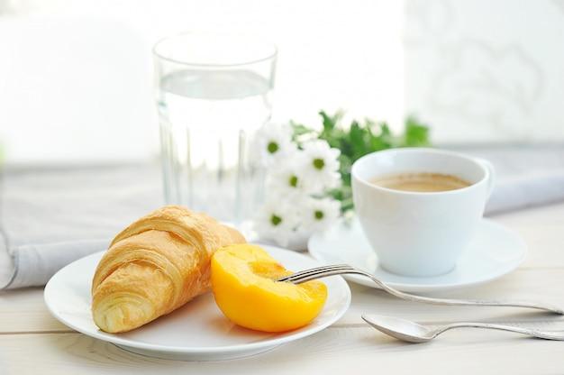 Zonnige ochtend met ontbijt, koffie, croissant