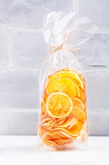 Zonnige stukjes sinaasappel in een cellofaan zak
