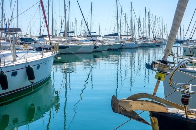 Zonnige zomerdag. kleine griekse stad. veel zeiljachten in een jachthaven