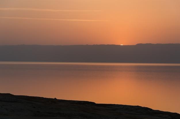 Zonsondergang aan de dode zee vanaf de jordaanse zijde.