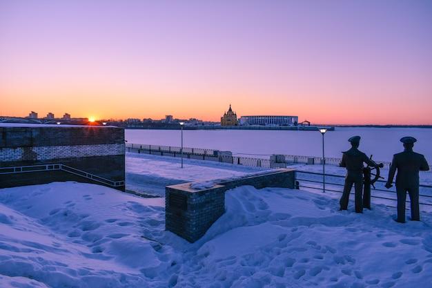 Zonsondergang aan de waterkant in de winter. nizjni novgorod