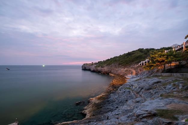 Zonsondergang aan kust zee