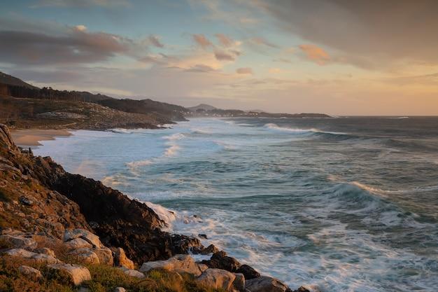 Zonsondergang aan zee in porto do son, galicië, spanje