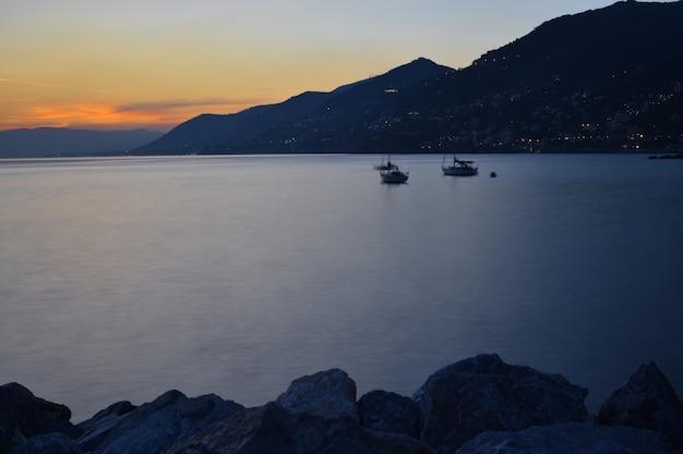 Zonsondergang aan zee, wolken en kleuren weerspiegeld in al hun schakeringen