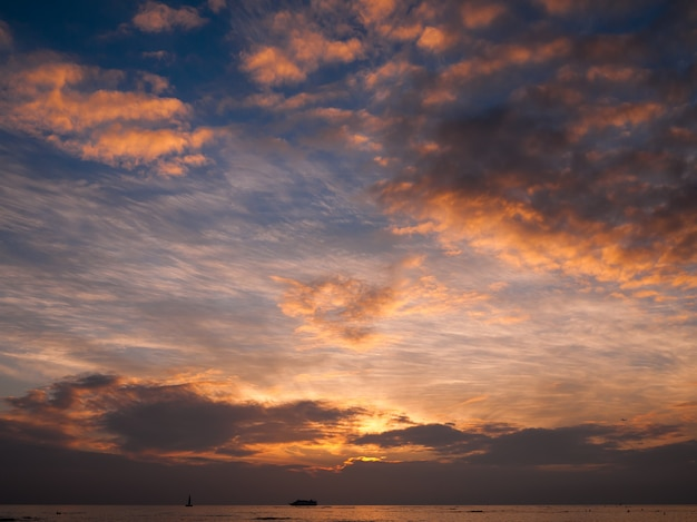 Zonsondergang aan zee
