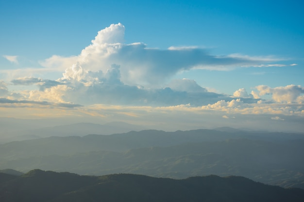 Zonsondergang, bergen en mooie wolken in doi chang, mae fah luang village, chiang rai, thailand