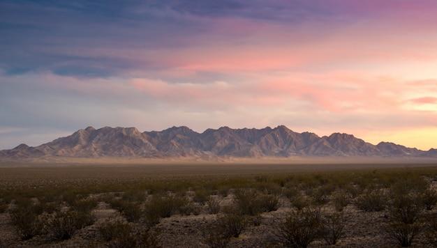 Zonsondergang bewolkte dag red rock canyon panorama-view