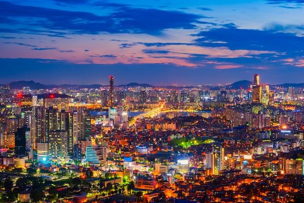 Zonsondergang bij 63 de bouw van de stad van seoel, zuid-korea.