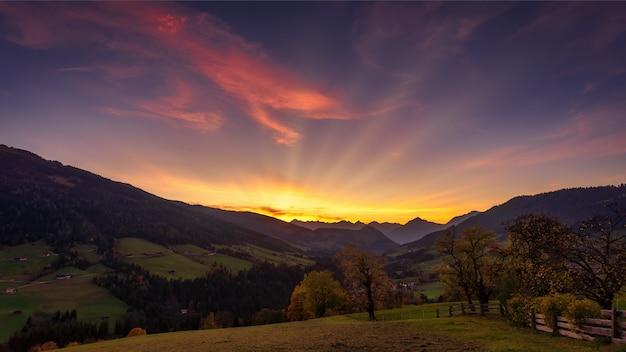 Zonsondergang bij de bergen