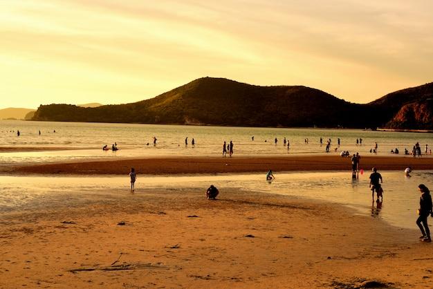 Zonsondergang bij de mooie strandmening silhouet van zonsondergang bij strand.