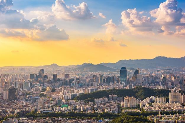 Zonsondergang bij de stadshorizon van seoel, zuid-korea