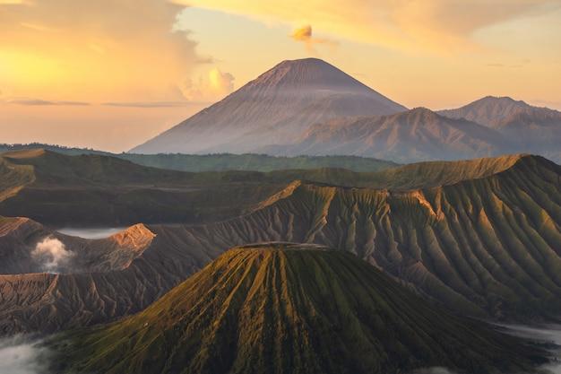 Zonsondergang bij een bergachtig landschap