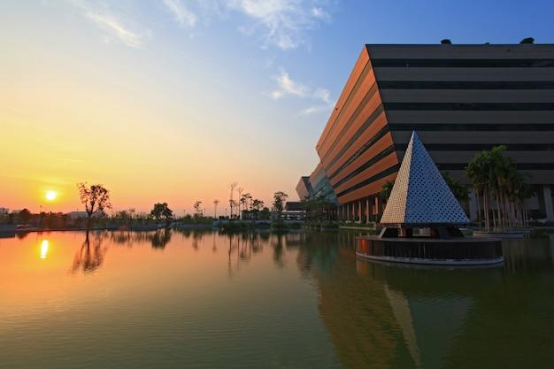 Zonsondergang bij het complex van de overheid bij schemer in bangkok thailand