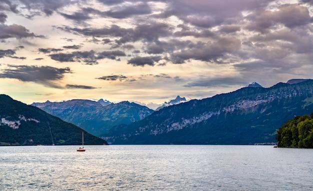 Zonsondergang bij het meer van thun in de regio berner oberland van zwitserland