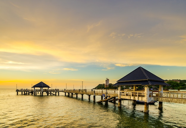 Zonsondergang bij het strand van laem tan bangsan, sriracha, chonburi, thailand.