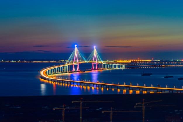 Zonsondergang bij incheon-brug seoel, zuid-korea