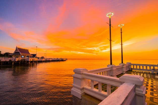 Zonsondergang bij laem tan bangsan beach, sriracha, chonburi, thailand.
